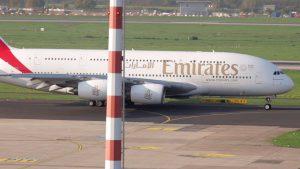 Start Flugzeug und Flugzeug Landung u. A. mit Airbus A380