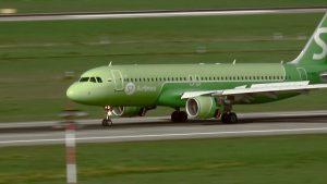 Startende und landende Flugzeuge auf Flughafen Düsseldorf