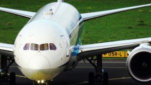Boeing 787-9 Dreamliner landet und Airbus A380-861 startet