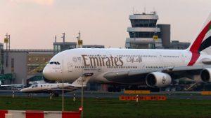 Emirates Airbus A380 auf Flughafen Düsseldorf