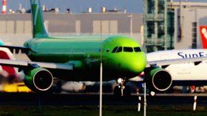 Große Flugzeuge auf der Start und Landebahn vom Flughafen Düsseldorf