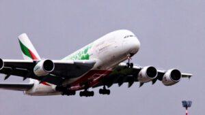 Airbus A380 mit Expo 2020 Sustainability Livery startet im Regen